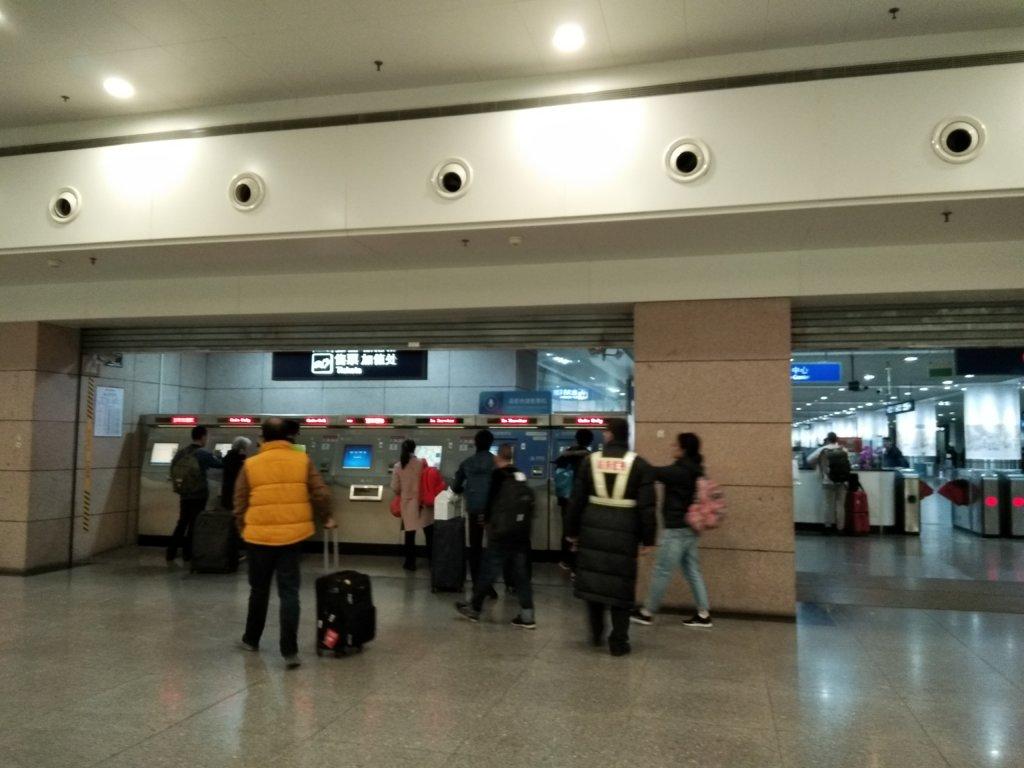 上海浦東空港と上海虹橋空港の間を地下鉄2号線で移動する時に利用する切符の自動販売機